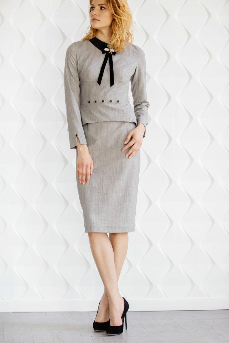 Деловое шерстяное платье-футляр с баской